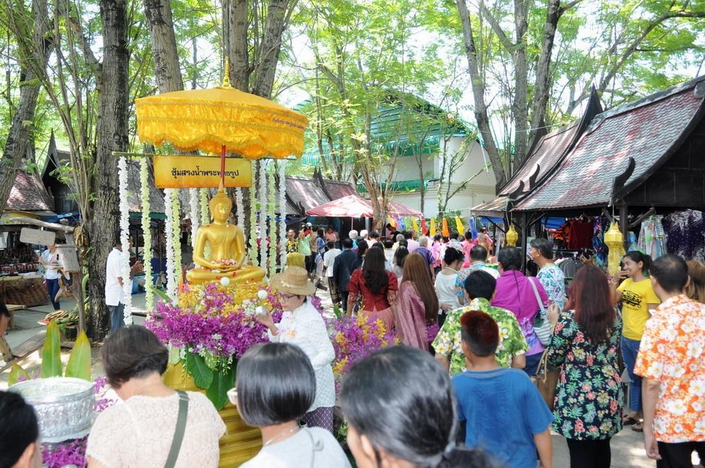 สงกรานต์วิถีไทย รดน้ำขอพรศิลปินแห่งชาติ