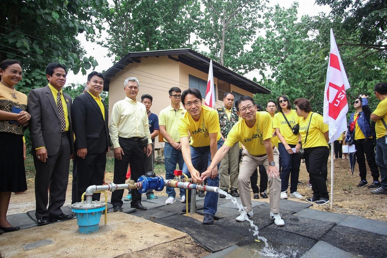 """อีซูซุ เดินหน้าแก้ปัญหาน้ำ ร.ร.บ้านก้อจัดสรร อ.ลี้ จ.ลำพูน  ส่งมอบโครงการ """"อีซูซุให้น้ำ…เพื่อชีวิต"""" แห่งที่ 34"""