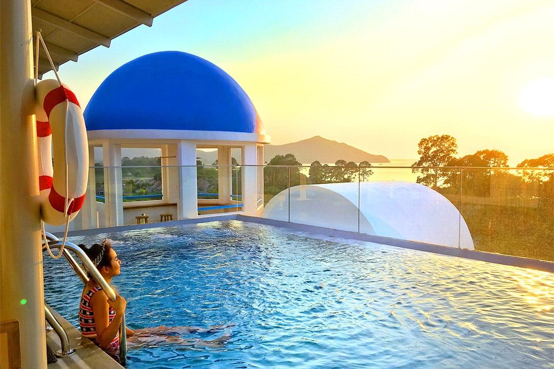 สัมผัสสีสันรีสอร์ตใหม่ สไตล์ซานโตรินี่ ที่ Costa Well Resort Pattaya